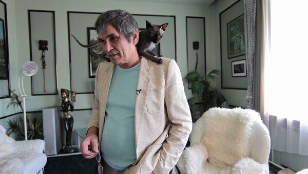 Продюсер Бари Алибасов с кошкой в своей квартире. Архивное фото