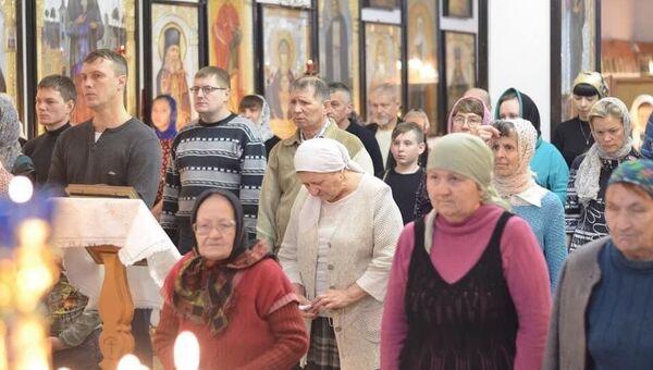 Прихожане Казанского храма города Орска на службе