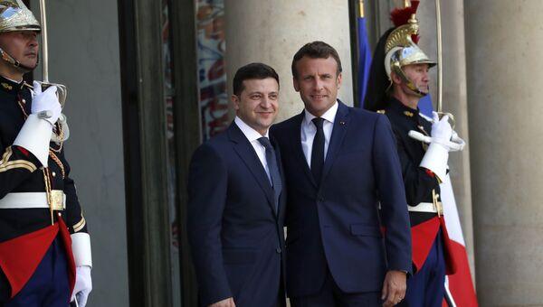 Президент Франции Эммануэль Макрон и президент Украины Владимир Зеленский во время встречи в Елисейском дворце в Париже. 17 июня 2019