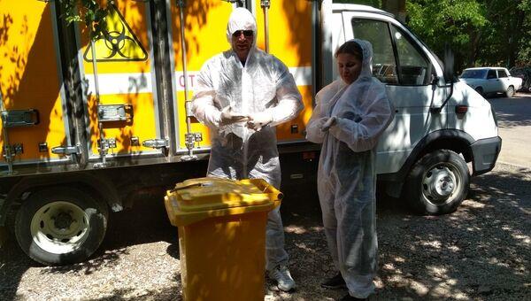 Специалисты ГБУ РК Республиканский ветеринарный лечебно-профилактический центр на месте обнаружения голов крокодилов в одном из дворов Симферополя