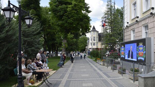 Жители Симферополя смотрят трансляцию Прямой линии с Владимиром Путиным.