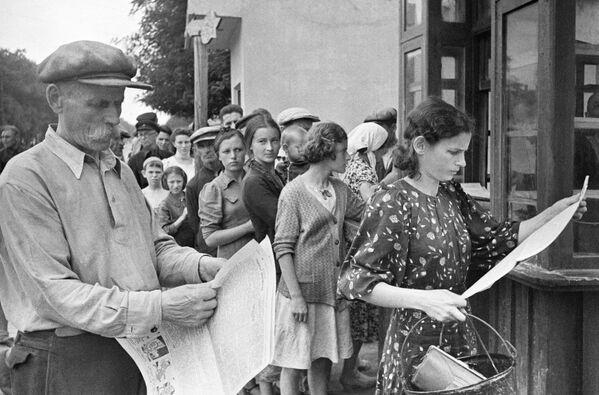 Одесситы читают свежие газеты во время войны