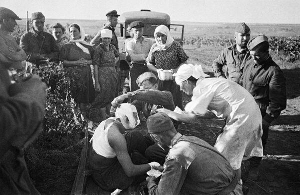 Медсестры оказывают помощь первым раненым после воздушного налета фашистов под Кишиневом
