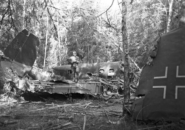 Сбитый советскими зенитчиками немецкий истребитель в подмосковном лесу