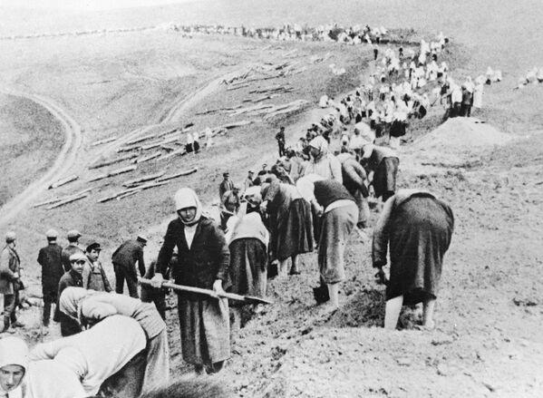 Колхозники строят оборонительные рубежи в прифронтовой полосе, июнь 1941 год