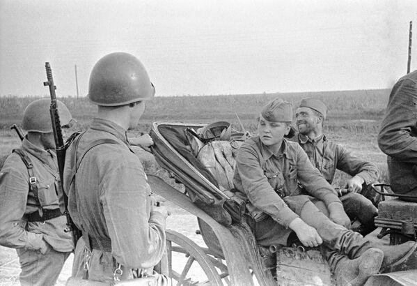 Разведчица Катя из Одессы беседует с бойцами в районе Красный Дальник вр время Великой Отечественной войны, июль 1941 год