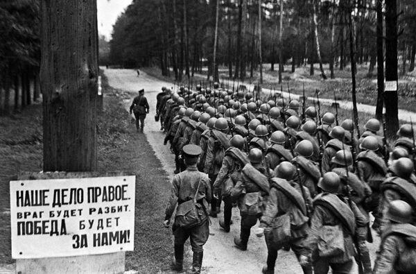 Колонны бойцов движутся на фронт из Москвы, 23 июня 1941 года