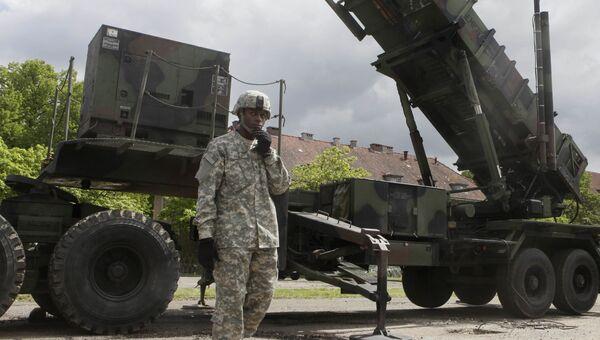 Американский военный возле зенитно-ракетного комплекса Patriot на военной базе в Мораге, Польша