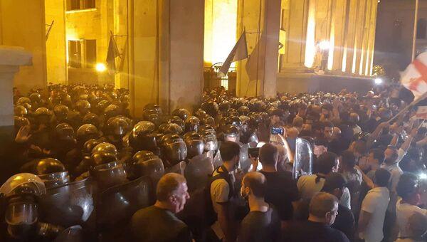 Беспорядки в Тбилиси: митинг, штурм парламента, водометы и газ
