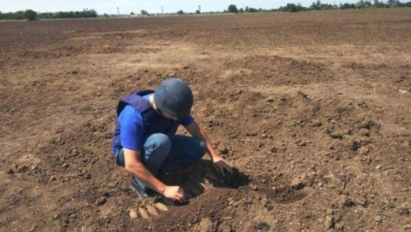 Специалист-пиротехник на месте обнаружения взрывоопасных предметов времен войны в Ленинском районе Крыма