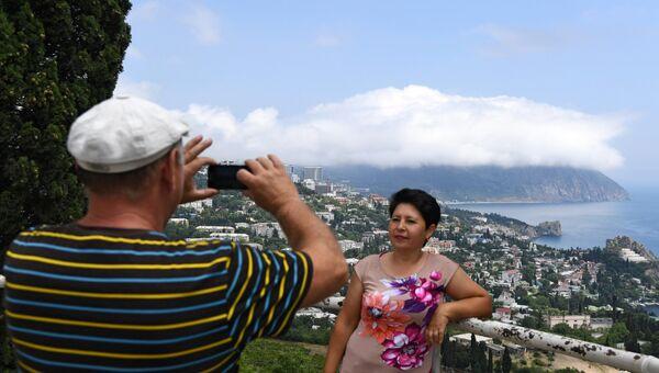 Туристы фотографируются на фоне горы Аю-Даг