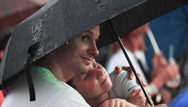 Влюбленные под зонтом во время дождя