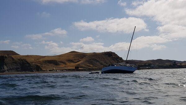 Яхта Романтика, севшая на мель у берегов Судака. Архивное фото