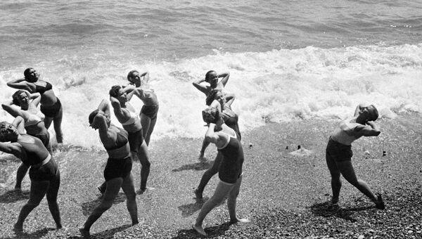 Утренняя зарядка на Черноморском побережье Крыма. 1953 год