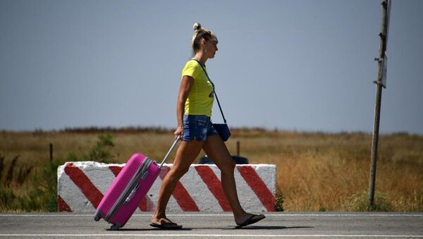 Украинская туристка в пункте пропуска Джанкой на границе с Украиной