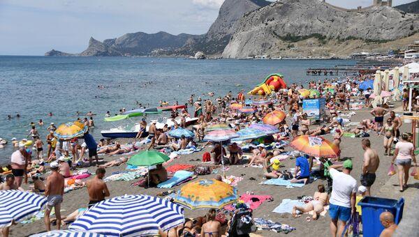 Отдыхающие на одном из пляжей в Судаке