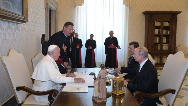 Президент РФ Владимир Путин и Папа Римский Франциск во время беседы в Апостольской библиотеке в Ватикане. 4 июля 2019