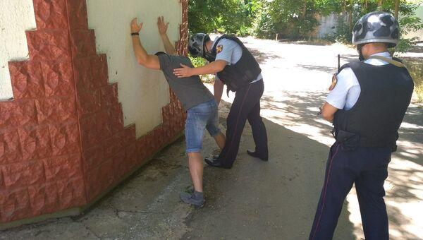 Сотрудники Росгвардии во время задержания злоумышленника