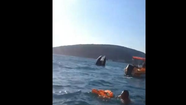 Спасение пассажиров перевернувшегося катера в Черном море