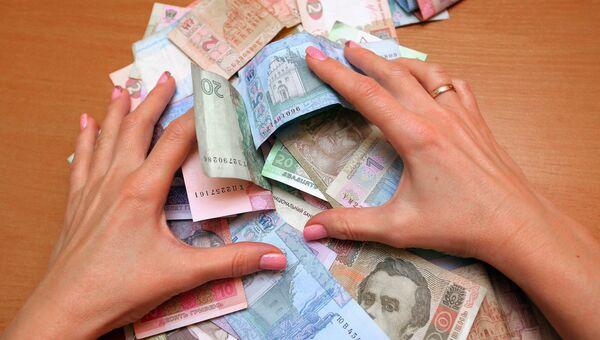 Банкноты номиналом 1, 2 и 20 гривен. Архивное фото