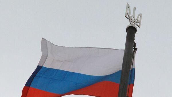 Флаг России и трезубец герба Украины. Архивное фото