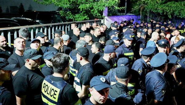 Сотрудники полиции во время стихийной акции против телеканала Рустави 2 в Тбилиси после оскорбления президента РФ ведущего Георгия Габуния