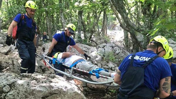 Сотрудники Крым-СПАС оказывают помощь туристу на Ай-Петри