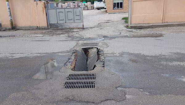 На улице в Симферополе провалился свежеуложенный асфальт