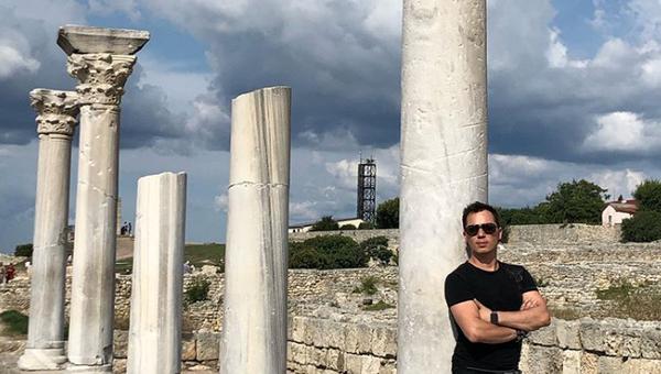 Певец Родион Газманов сфотографировался на фоне одной из колонн Базилики 1935 года на территории государственного историко-археологического музея-заповедника Херсонес Таврический