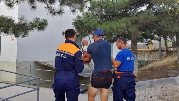 Судакские спасатели оказали помощь мужчине, который повис на металлической ограде и не мог самостоятельно освободиться
