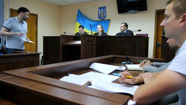 Руководитель портала РИА Новости Украина Кирилл Вышинский (слева) на заседании Подольского районного суда Киева