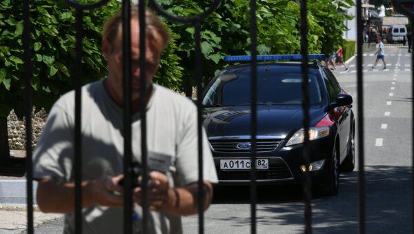 Машина Следственного комитета на территории детского лагеря Лучистый в Евпатории