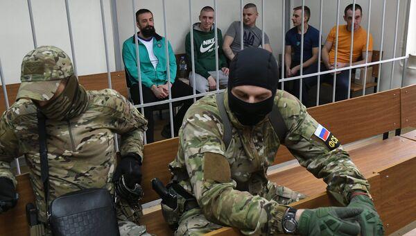 Задержанные украинские моряки на заседании Лефортовского суда города Москвы, где рассматривается ходатайство следствия о продлении им ареста