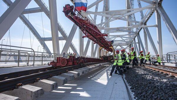 На Крымском мосту уложены все рельсы