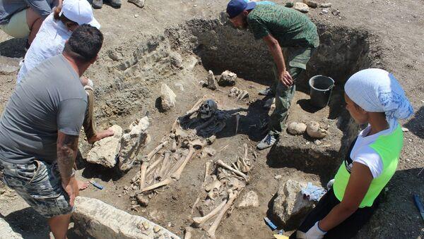 Археологи во время раскопок. Архивное фото.