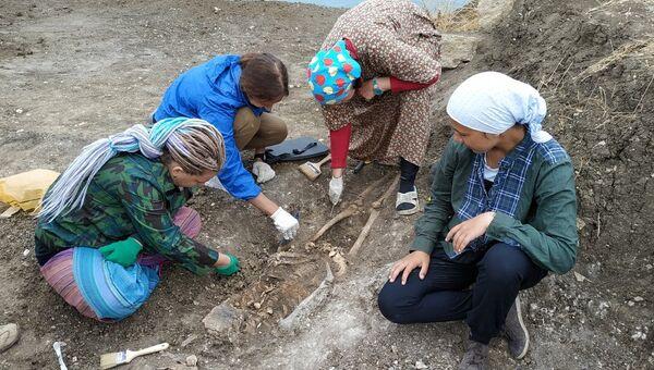 Археологи во время раскопок на некрополе Кыз-Аул в поселке Яковенково на Керченском полуострове