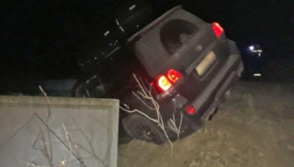 Машина зависла над обрывом в поселке Курортное