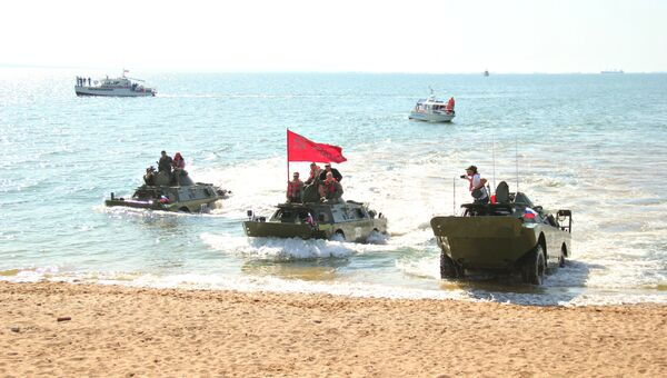 БРДМ-2 форсируют пролив во время акции Дорога мужества