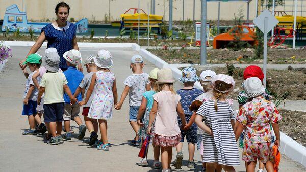 Рабочая поездка премьер-министра РФ Д. Медведева в Севастополь. Дети с воспитателем в детском саду Образовательного центра Античный в Севастополе, который посетил председатель правительства РФ Дмитрий Медведев