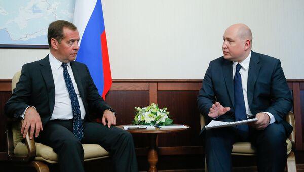 Председатель правительства РФ Дмитрий Медведев и врио губернатора Севастополя Михаил Развожаев
