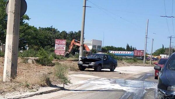 Автомобиль, загоревшийся на улице в Севастополе