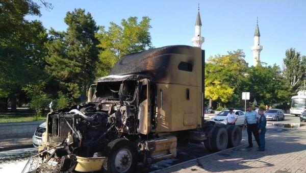 В Евпатории на улице Демышева, вблизи мечети Джума-Джами, сгорел припаркованный вдоль дороги автотрейлер