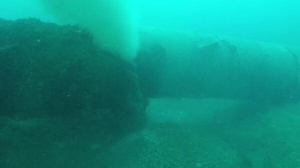 Врио губернатора Севастополя Михаил Развожаев опубликовал на своей странице Facebook фотографию поврежденной трубы глубоководного коллектора в Голубой бухте