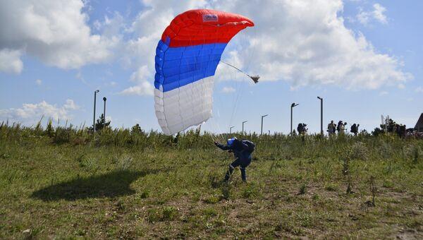 Спасатели РПСБ прыгнули с парашютом в честь пятилетия базы