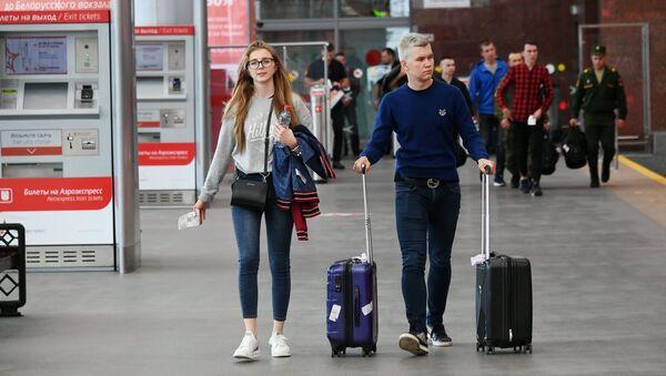 Пассажиры с чемоданами в аэропорту. Архивное фото.