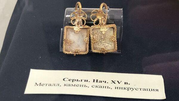 Серьги конца XIV - начала XV века, обнаруженные в одном из склепов на месте древнего города Солхат в Крыму
