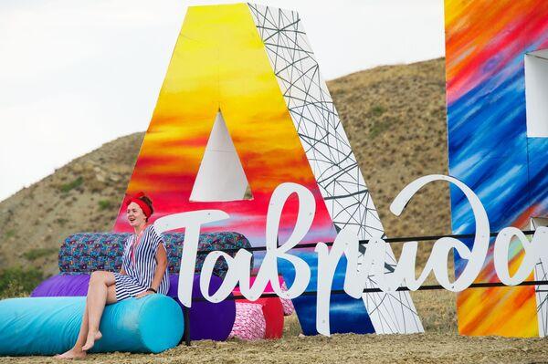 Девушка в фотозоне во время фестиваля творческих сообществ Таврида-АРТ в бухте Капсель города Судак Республики Крым