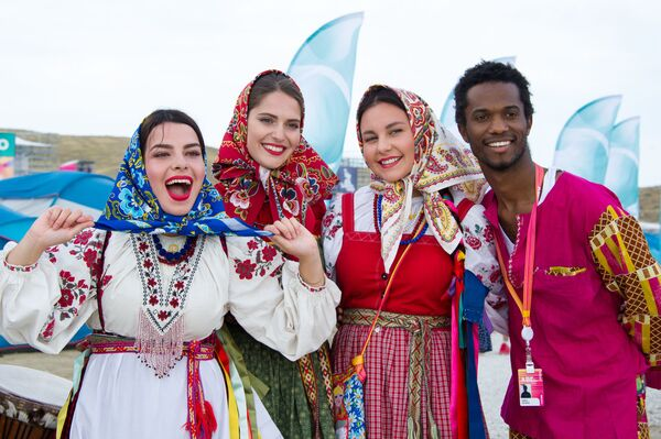 Участники фестиваля творческих сообществ Таврида-АРТ в бухте Капсель в Судаке