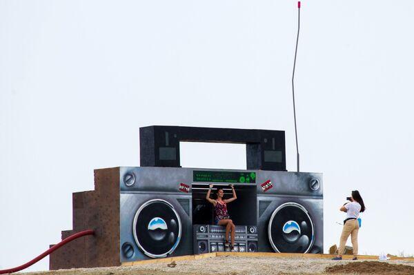 Девушки фотографируются у арт-объекта на территории фестиваля творческих сообществ Таврида-АРТ в бухте Капсель города Судак Республики Крым