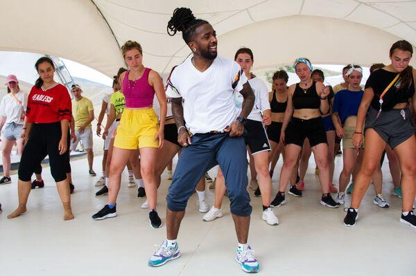 Мастер-класс по танцам в рамках фестиваля творческих сообществ Таврида-АРТ в бухте Капсель города Судак Республики Крым